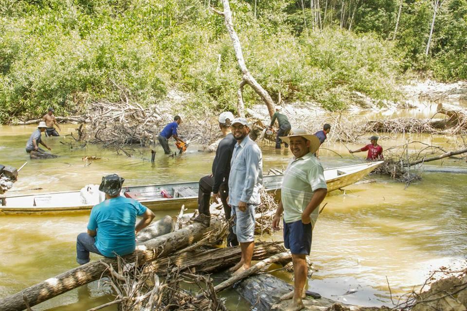 Presidente da Câmara e vereador Mazim acompanham serviço de limpeza nos rios de Mâncio Lima